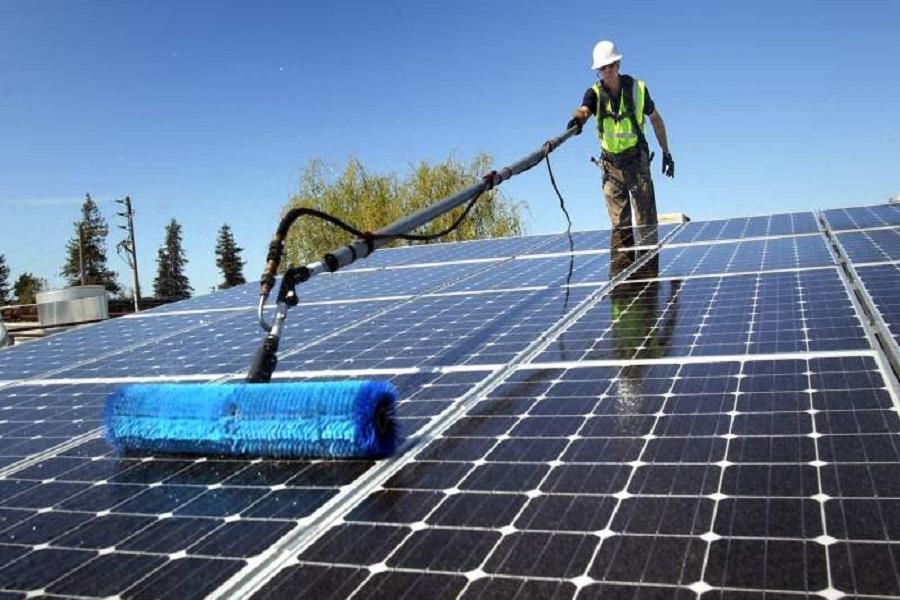 Hướng dẫn cách vệ sinh pin năng lượng mặt trời tại nhà